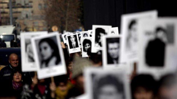 Agrupaciones de Familiares de Detenidos Desaparecidos y Ejecutados Políticos caminaron en silencio alrededor de La Moneda